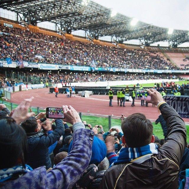 Naples Italie. L'#italie c'est aussi la frénésie du #football les stades immenses et les avants-match dans la rue avant de crier à tue-tête comme de vrais supporteurs des chants qu'on comprend à peine. Merci SCC Napoli! -- La suite de nos aventures en Italie avec #keekoh à suivre sur http://ift.tt/1ALo9cT -- #photooftheday #napoli #naples #italy #europe #detourlocal #amazingitaly #discover_italy #lookoftheday #liveauthentic #letsgosomewhere #whateveryouradventure #wanderlust #exploretheworld…