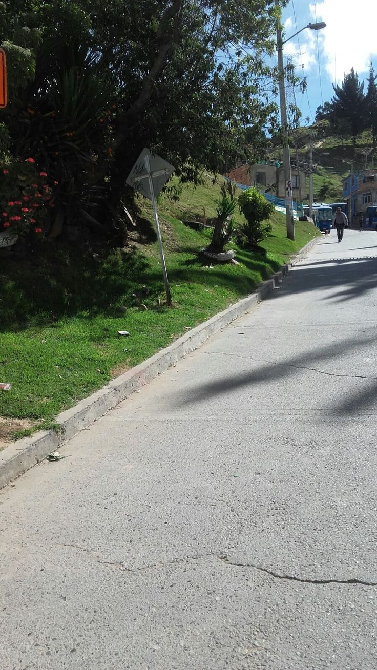 Así trabaja Aguas de Bogotá SA ESP.   La alcaldía local de Rafael Uribe Uribe habilitó sendero peatonal en el sector del barrio Diana Turbay Cultivos. Articulados con Aguas de Bogotá, se recogieron 3 viajes y medio de tierra y basura.