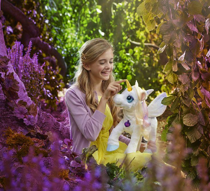 Mädchen mit FurReal Friends Lily, das interaktive Einhorn