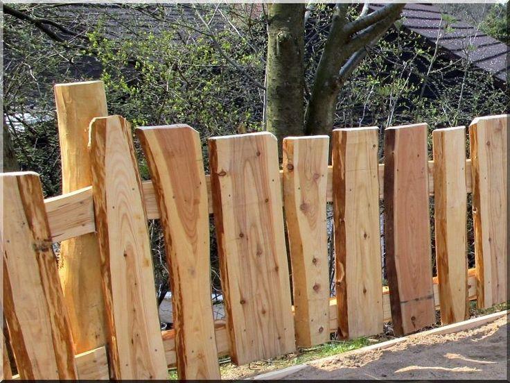 Rustikaler Holzzaun aus Lärche Garteneinfassung