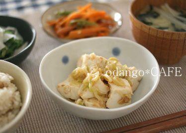 ・コトコトねぎ味噌豆腐   豆腐と刻んだねぎをコトコト煮るだけなので、とっても簡単。  体も温まるので、冬になるとリピート率高し。      副菜は、    ・ひらひら大根と春菊の塩麹サラダ   子ども達も大好きなので、これまたよく作るおかずのひとつ。    と、    ・にんじんのきんぴら  ただのにんじんの炒め物。  サラダに使った春菊の茎の部分を薄く切って加えました。      お味噌汁は白菜、わかめ、えのきだけでした。