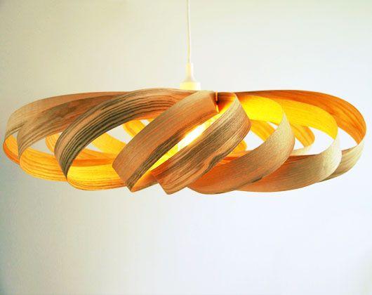 Grote plafondlamp gemaakt van Olijf-Essen fineer. Het licht schijnt heel mooi door het hout heen en laat de nerven goed zien. Inclusief plafondplaat en led-lamp.  Materiaal: hout Afmeting: +/- (b)75 x (h)25 x (d)55 cm Prijs: € 550,-*