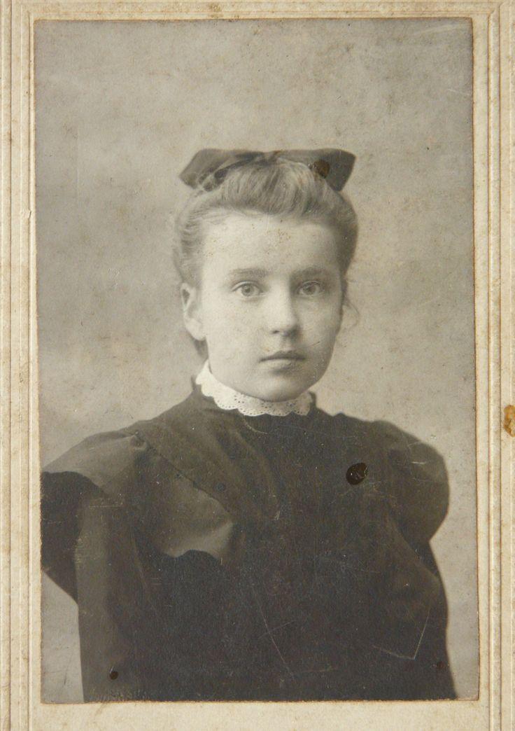 Маруся (10 років), гімназистка I курсу. Поч. XX ст.