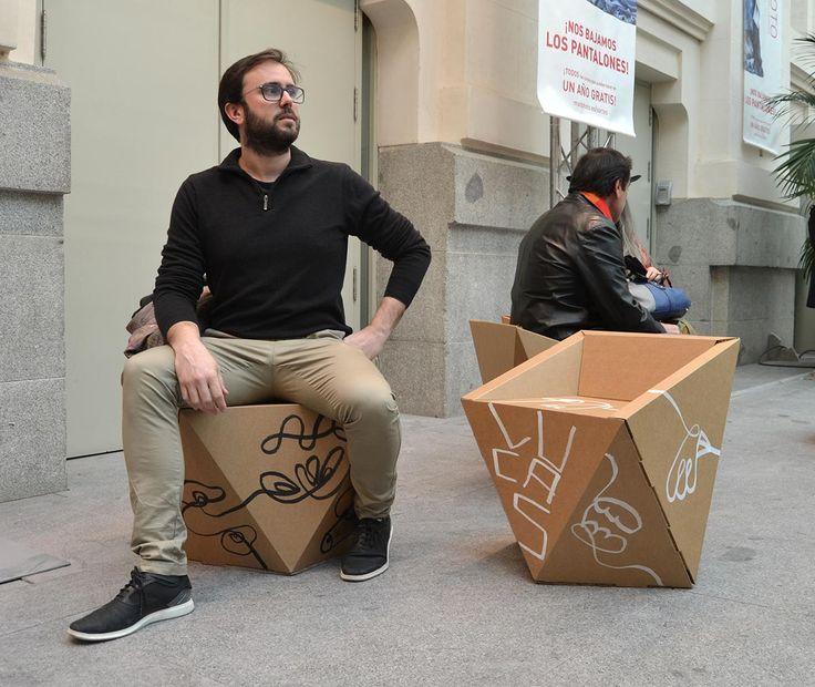 Art Madrid feria arte letras mobiliario carton zona lounge descanso sillas mesas diseñado por Cartonlab. Cardboard corporeal and furniture for rest zone at Art Madrid, designed by Cartonlab.
