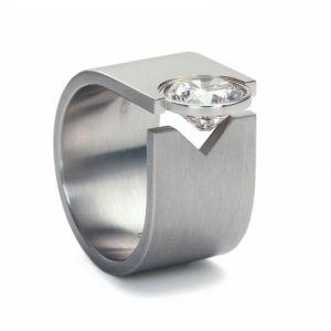 Niessing Solitaire. »Der große Diamant braucht Freiheit, um seine ganze Pracht zu entfalten. Er verlässt das Zentrum der Ringschiene, liegt zwischen zwei Fingern. Ungeahnte Harmonie, höchster Tragekomfort.