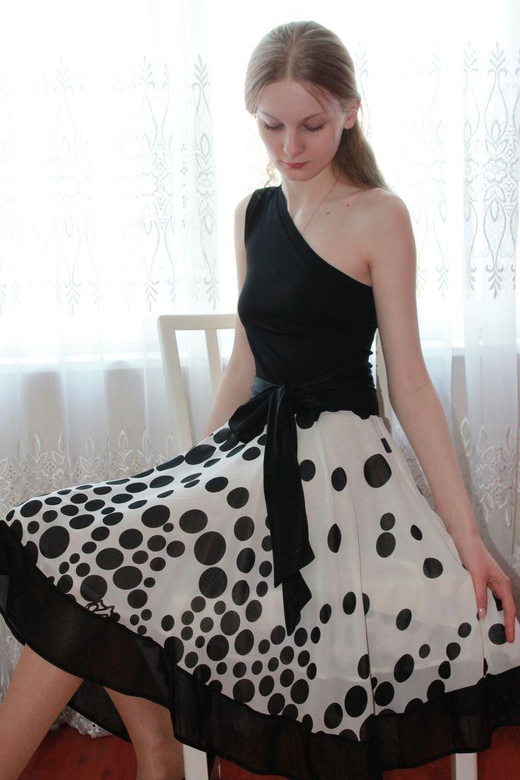 Красивое платье в горох, маленькое черное платье