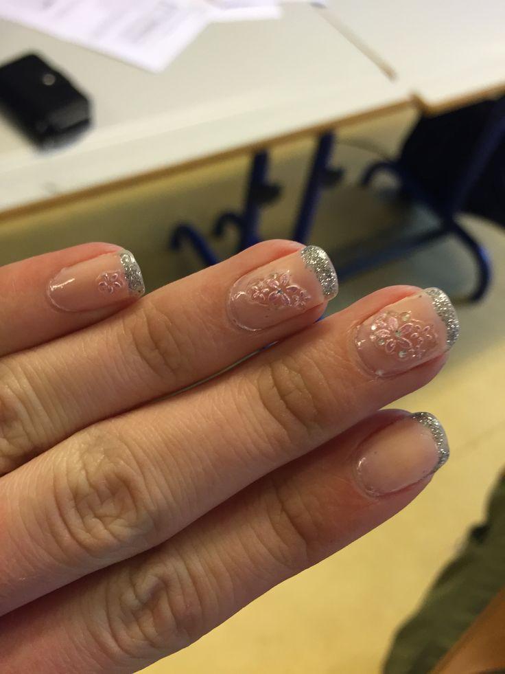 Dette er hvordan mine konfirmationsnegle så ud. Det er franske negle, med rosa negleklistermærker.