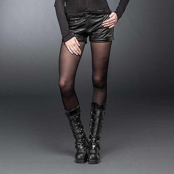 Queen of Darkness Dames kunstleren hotpants shorts met studs zwart - M