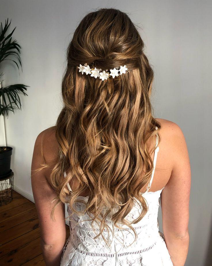 Brautfrisur halb offene Haare mit Blumen Haarschmu…