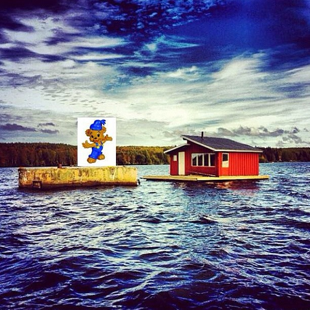 December 8:   Bamse säger: Hejsan landkrabbor! Visst är Bomkistorna i nedre Umeälven spännande! Jag (Bamse) hamnade i Bowaters magasin nedströms Gimonäs båthamn! Jag fick tipset av Skalman som sa att året 1980 blev det sista flottningsåret i Umeälven, och att den besökta bomkistan byggdes på 60-talet. Några Umegrabbar har även byggt en trevlig husflotte. Så trevligt att bomkistorna används!  #umeälven #bamse #bomkista #flottning - @kjell_johan- #webstagram