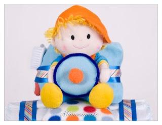 Tractor de pañales: 45 pañales, 2 pares de calcetines, un biberón, una mantita polar de cochecito o moisés, un peluche, un cepillo y un peine de bebé.