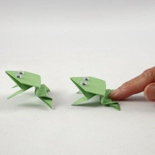 Een origami kikker met wiebelogen