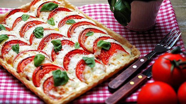 Z tohoto koláče by měli Italové jistě radost! Rajčata, skvělá mozzarella a do toho pořádná dávka čerstvé bazalky.