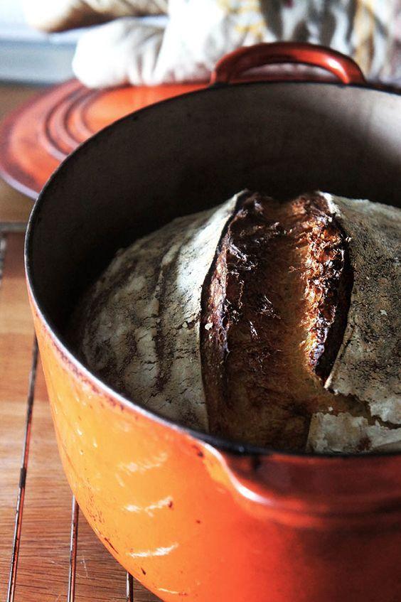 Pourquoi cuire son pain en cocotte en fonte produit une cuisson optimale ? Je vous dis tout sur la cuisson du pain en cocotte et ses avantages