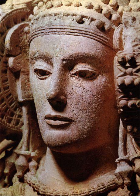 La Dama de Elche en Llíria es una escultura ibérica que fue originalmente policromada y se encontró en una excavación arqueológica cerca de Elche, Alicante. La estatua data del 400 aC aprox. y aunque es de arte romano, muestra fuertes influencias helenísticas ....... La cara magistralmente representado de la diosa, mirando solemnemente hacia el interior.