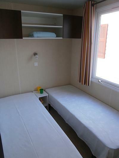 Yπνοδωμάτιo με 2 μονά κρεβάτια, αποθηκευτικό χώρο, μεγάλο παράθυρο με διπλά τζάμια, διπλή κουρτίνα για συσκώτιση! Τροχοβίλες Γαλλίας O'Hara - Χατσόγλου www.trohovilla.gr