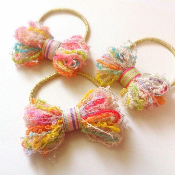 いろんな糸を束ねた引き揃え糸が流行っていますね♪ 糸がカワイイのと太くてフワフワしているので 何を作っても簡単にすぐできて、ぶきっちょさんが作っても失敗に見えないという優秀アイテム。 引き揃え糸を使って作る アクセサリーの作り方とアイディアをまとめました。楽しいので是非作ってみてください。