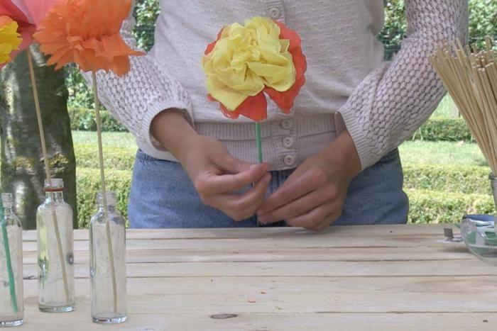 Deze zomer maken we allemaal prachtige bloemen van crêpepapier op het strand. En…