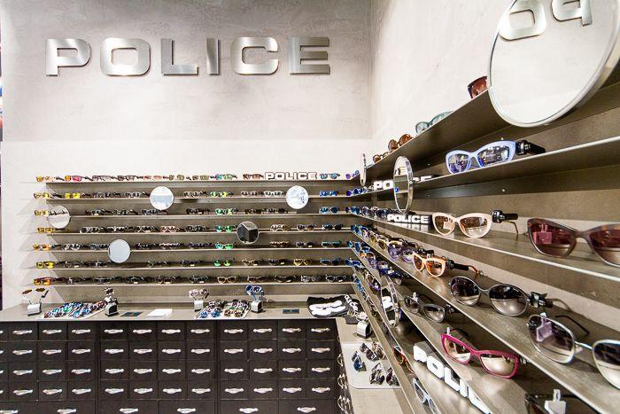 Lo storico brand italiano di occhiali da sole, orologi, profumi, pelletteria e gioielli ha uno spazio esclusivo nella grande via commerciale