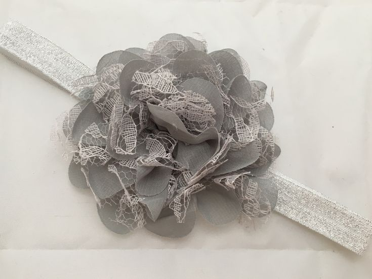 """""""Karen"""" Sølv hårbånd med grå blonde blomst made by MargretheDesigns. Enkelt hårpynt til både baby og børn. Perfekt hårbånd til fest."""