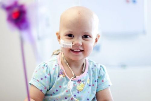 Leucemia. A leucemia refere-se a um grupo de cânceres que afetam as células brancas do sangue. É uma enfermidade que se desenvolve na medula óssea, parte do corpo que produz as células sanguíneas, (células vermelhas, células brancas, e plaquetas). via @minbiomedicina