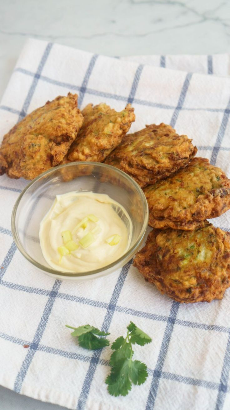 These cheesy zucchini fritters are ridiculously easy and amazing at the   same time. Serve them with some sour cream or mustard sauce!| The Cookware Geek
