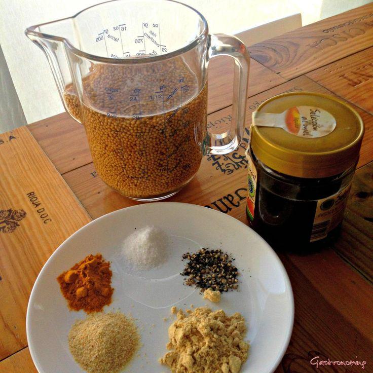 Mostaza casera 200 gr de granos de mostaza blancos, 200ml vinagre manzana, 300ml agua,1 cp mostaza polvo, ½ sal, 2 cs miel, 1cc ajo polvo,1cc cúrcuma, ½ limón, ½cc pim negra. Remojo grano mostaza 12 hs en vinagre+200ml agua.Agregar otros ingredientes, batir añadiendo agua poco a poco hasta obtener  cremosidad deseada, igual con el grado de triturado. Aguanta 1 par dmeses en frío.Mostaza al vino: vino blanco seco en lugar d agua. Mostaza antigua: Mezcla granos m blanco y marron tritúrarlos…