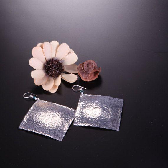 Orecchini in lamina di alluminio earrings cesellato di GrovigliLab
