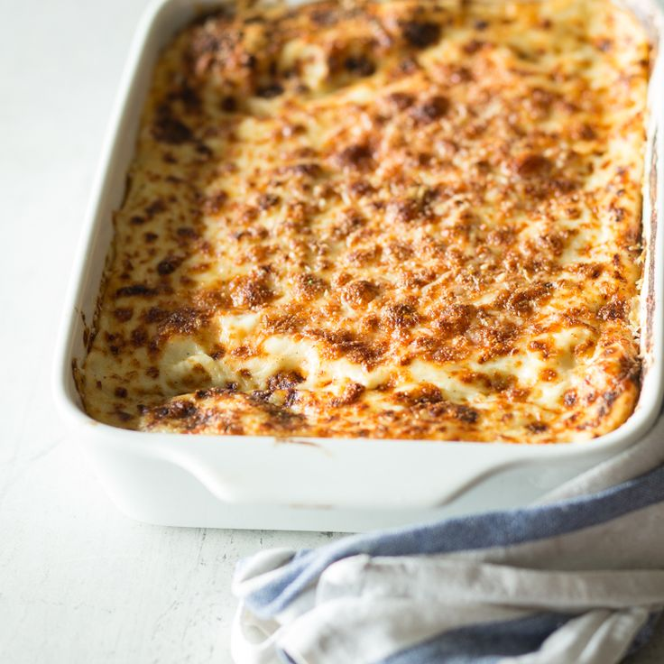 Die klassische Lasagne stammtaus der Region Emilia Romagna in Norditalien und wird mit Béchamelsauce, Bolognese-Ragout und Parmesan zubereitet.