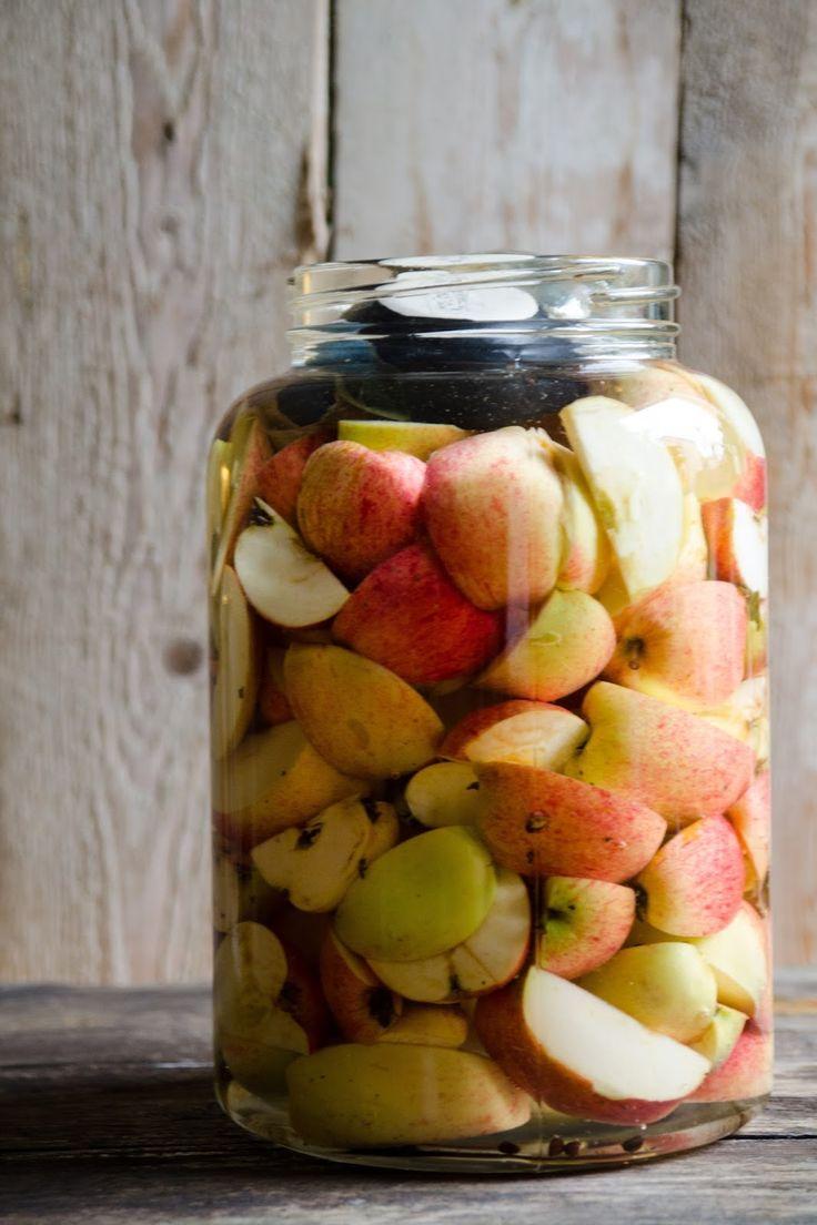 Tänk att tillverka sin egen äppelcidervinäger på naturens överflöd!    Det här är den enklaste vinägermetoden då den baseras på sockerl...
