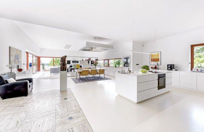 Interiér dokonale vystihuje majitelku a prozrazuje její zaujetí a náklonnost k modernímu umění. Nelze přehlédnout značné množství uměleckých artefaktů, které už volila s jasnou vizí. Citlivé propojení a sladění celku je dobře patrné při pohledu na sestavu nábytku, která odděluje jídelnu od obývacího pokoje, a na nábytkové řešení integrované kuchyně z lakované MDF desky s barevnými akcenty