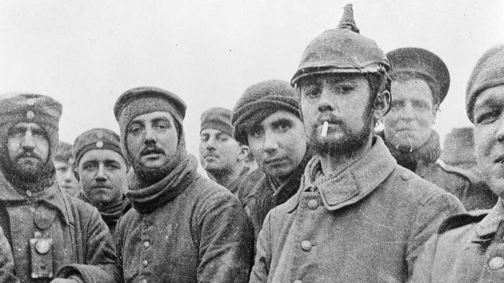 Weihnachtsfriede 1914 -Am 24. Dezember 1914 hielt der Erste Weltkrieg für ein paar Tage den Atem an: Entlang der Westfront legen Alliierte und deutsche Soldaten ihre Waffen zur Seite und reichen sich zum Fest des Friedens die Hände. Ein Akt der Menschlichkeit, der auch noch 100 Jahre später unvergessen bleibt.