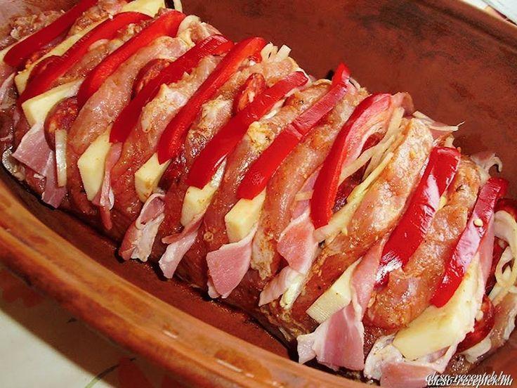 Hozzávalók:1,5 kg csont nélküli karaj egyben10 dkg szeletelt bacon szalonna1 húsleves kocka20 dkg trappista sajt1 szál kolbász1 vöröshagyma1 piros...