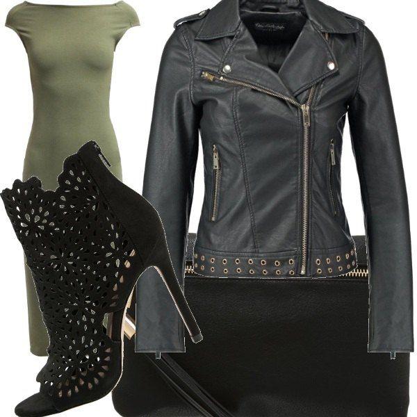 Pelle e tessuto per questo look elegante ma informale, giacca in pelle con borchie, stivaletti traforati e spuntati, abito con incroci sulla schiena e pochette che richiama il nero e il tessuto in pelle della giacca, Sexy , elegante e rockeggiante