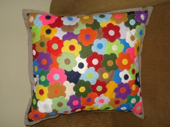 Capa para almofada feita com retalhos de feltro, em formato de flores. Tons coloridos.  Produto feito sob encomenda, e cores podem variar da foto. Consulte-nos para outras opções de retalhos. Consulte preço com enchimento em plumante, o valor do frete modifica. R$150,00