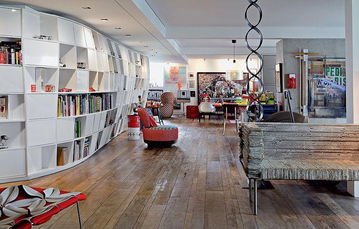 Na espaçosa sala de Houssein Jarouche, criador da loja Micasa, há centenas de peças de design premiadas, obra de arte e muitas coleções. O sofá de papelão, protótipo de 1993 dos irmãos Campana, arrematado em um leilão, tem posição de destaque
