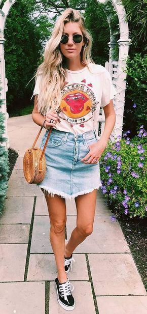 Como usar saia jeans no verão. T-shirt estampada, minissaia desfiada, vans preto