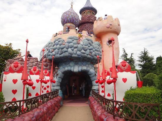Disneyland Park: Alice in Wonderland maze