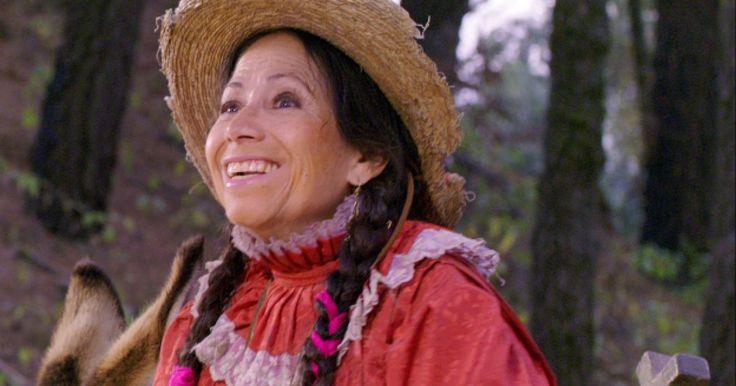 """La actriz María Elena Velasco, que interpretó al personaje de """"La India María"""", murió este viernes 1 de mayo, a los 74 años, confirmó el Instituto Mexicano de Cinematografía.La india María, el personaje que la catapultó a la fama, apareció en las pantallas de cine a finales de la década de 1960, en cintas como """"El bastardo"""", y continuó con ella en los años 70 con """"Pobre pero honrada"""", """"El miedo no anda en burro"""" y """"Tonta pero no tanto""""."""