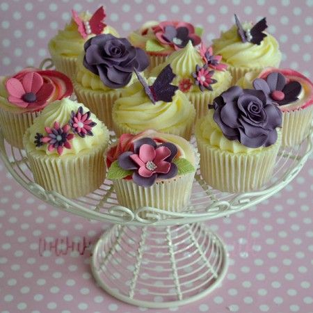 Really love the pink and purple decorations on these cupcakes from CakeyBake.