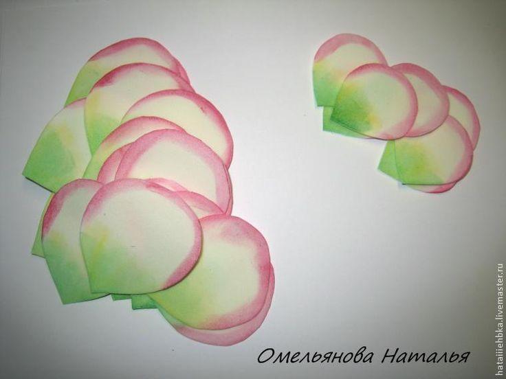 Хочу поделиться с вами своим опытом создания розы из фоамирана. Если что-то непонятно, я готова ответить на все вопросы. Для работы нам понадобятся следующие материалы: утюг; клеевой пистолет; клей ПВА; акриловые краски( красная, желтая и зеленая), если нет акриловых красок можно заменить ее сухой пастелью; самозастывающая полимерная глина; губка; фоамиран (зеленый и ваниль); шаблоны из картона;…