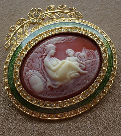Beautiful vintage brooch from the Joan Rivers as a Victorian cameo