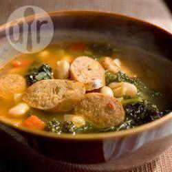 Een soep met een Spaanse knipoog en boordevol smaak. De andouille is een pittige, doorrookte worst van varkensvlees die met de Cajun keuken wordt geassocieerd. Als u geen andouille kunt vinden, neem dan verse chorizo of een pittige Italiaanse worst.
