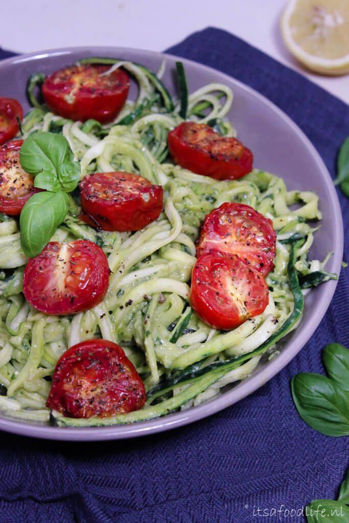 Recept voor courgetti met avocado roomsaus en geroosterde tomaat   It's a Food Life