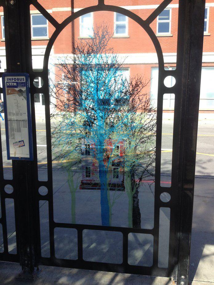 L'art contemporain se déplace! Projet d'exposition mobile dans un autobus et dans un abribus de la Société de Transport de Trois-Rivières. Sur la photo : l'exposition «Ici» de l'artiste Valérie Morrissette, 2016, impression numérique