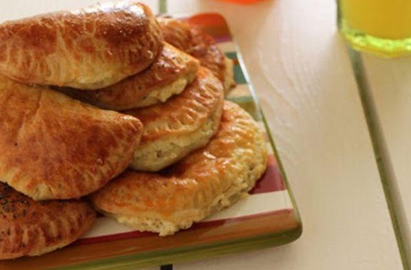 Υπέροχα τυροπιτάκια με σπιτική ζύμη γιαουρτιού. Μια συνταγή που απαιτεί λίγο από το χρόνο σας αλλά στο τέλος θα σας αποζημειώσει, απολαμβάνοντας εσείς και