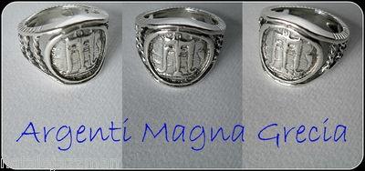GIOIELLO ARTIGIANALE ITALIANO DI PREZIOSA FATTURA    ANELLO IN ARGENTO 800 MONETA DI KROTON VII SEC A.C.  DALLA CITTA' DI PITAGORA CAPITALE DELLA MAGNA GRECIA  ** SILVER RING TRIPOD Stater Magna Grecia ANCIENT STYLE REPRODUCTION ** FEDELE RIPRODUZIONE OREFICERIA DELL'ANTICA MAGNA GRECIA IDEALE REGALO PER QUALUNQUE OCCASIONE - UNISEX PER LUI E PER LEI  INDOSSA I GIOIELLI DEGLI ANTICHI SPLENDORI, EMANANO TUTTO IL FASCINO DELLA CULTURA MAGNO GRECA
