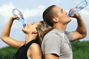 Descubre como tomar agua puede ayudarnes a bajar de peso; sí, como lo leíste, simplemente bebiendo abundante agua todos los días puedes bajar de peso!