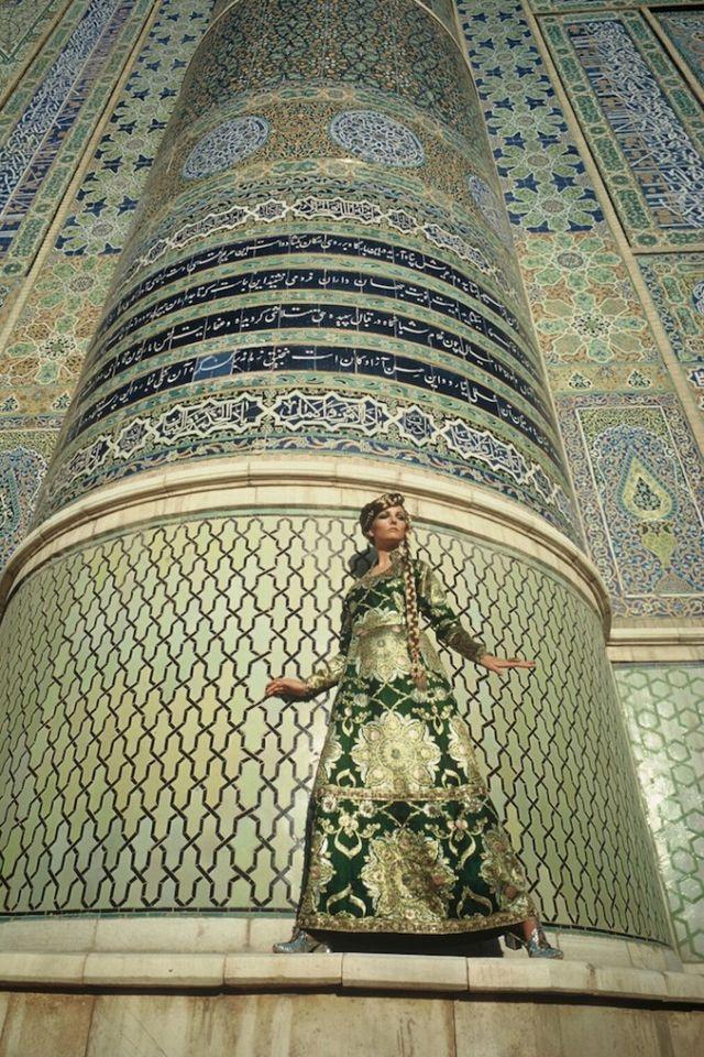 Amikor Afganiszán még követte a nyugati divatot. Nem is gondolnánk, hogy Afganisztánban, ahol ma csak tetőtől talpig beburkolt nőket találni, (akik még oktatásban sem részesülhetnek a tálib uralom óta) régen hordtak miniszoknyát, tartottak divatbemutatót, és hogy még a Vogue is fotózott ott divatanyagot.