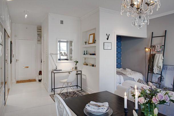małe mieszkanie w otwatej zabudowie i sypialnią w niebieskiej wnęce w salonie